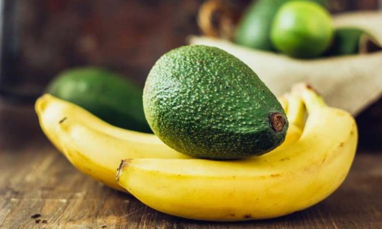 Ilustrasi Buah pisang dan alpukat. (Dok: Hellosehat)