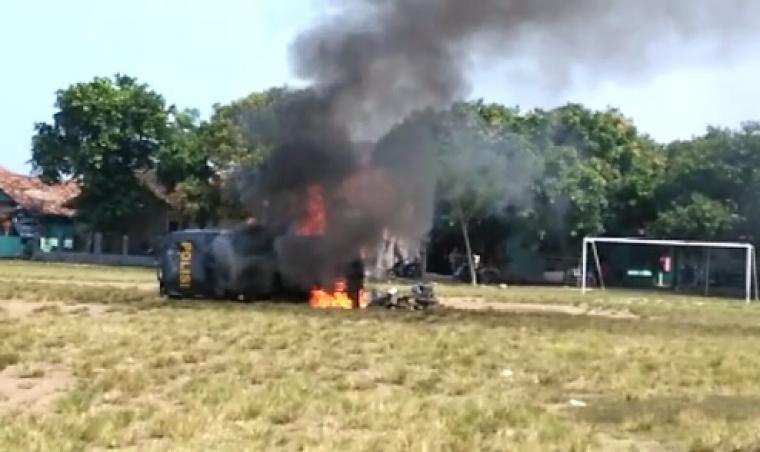 Kendaraan Patroli milik Mapolsek Bayah dibakar massa. (Foto: TitikNOL)
