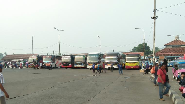 Jejeran kendaraan bus di Terminal Pakupatan, Kota Serang. (Foto: TitikNOL)