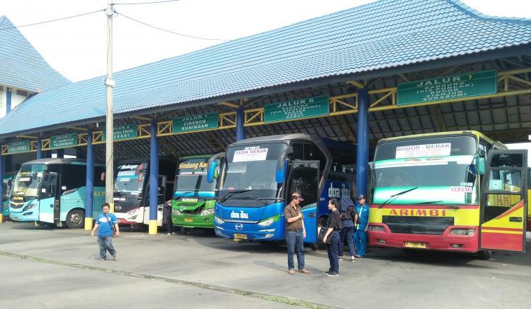 Sejumlah bus terparkir di Terminal Pakupatan, Kota Serang. (Foto: TitikNOL)