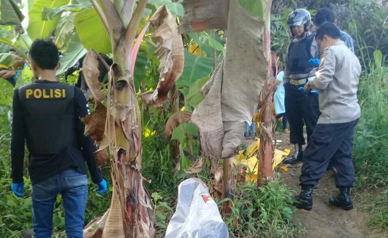 Anggota polisi saat berada di lokasi penemuan mayat di ruas jalan nasional Bayah - Cibareno tepatnya di Desa Cirendeu, Kecamayan Cilograng, Lebak. (Foto: TitikNOL)
