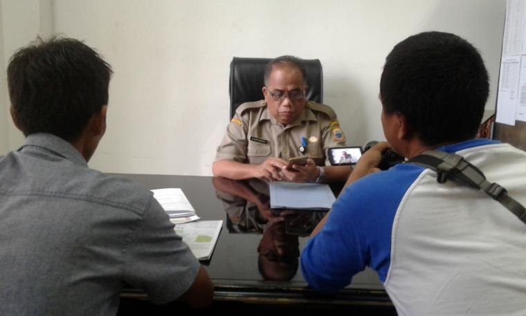 Ujang Bahrudin Kadisdukcapil Pemkab Lebak saat ditemui wartawan di ruang kerjanya. (Foto : TitikNOL)
