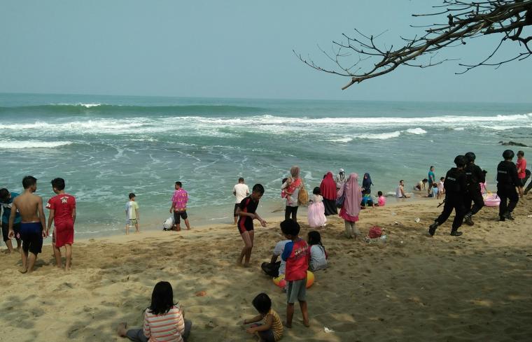 Sejumlah warga sedang bermain di Pantai Pasir Putih. (Foto: TitikNOL)