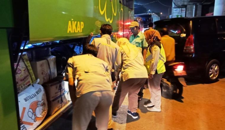Petugas gabungan saat melakukan pemeriksaan barang bawaan di dalam bus di pintu keluar Pelabuhan Merak. (Foto: TitikNOL)