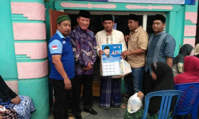 Ketua Dewan Kehormatan Partai Demokrat Amir Syamsudin, berfoto dengan pengurus DPC Demokrat Kota Serang. (Foto: Ist)