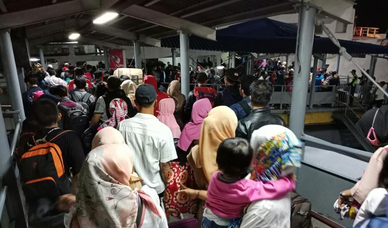 Penumpang yang baru tiba dari Pulau Sumatera terlihat padati Pelabuhan Penyeberangan Merak. (Foto: TitikNOL)