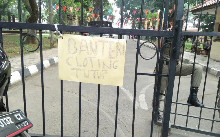 Seorang anggota Satpol PP berdiri di depan pintu gerbang menuju Musium Banten. (Foto: TitikNOL)