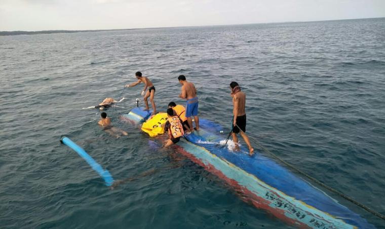 Sejumlah petugas Polairud Pos Binuangeun tengah mengevakuasi mayat seorang nelayan yang ditemukan di perairan pulau Tinjil - Pandeglang. (Foto: Ist)