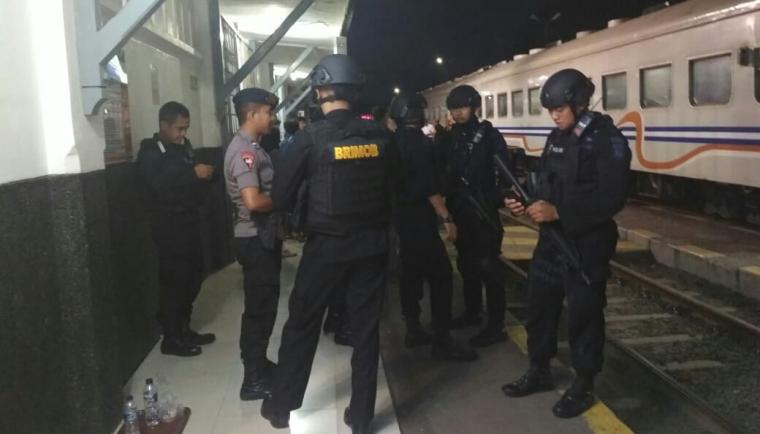 Tim Gegana Satuan Brimob Polda Banten berjaga di Stasiun Kereta Api Cilegon. (Foto: TitikNOL)