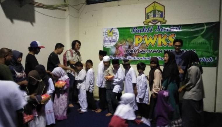 Suasana buka puasa bersama anak yatim piatu di Sekretariat PWKS, Ciceri, Kota Serang, Jumat (1/6/2018). (Foto: TitikNOL)