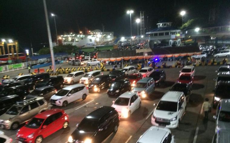 Antrean kendaraan pemudik di Pelabuhan Merak. (Foto: TitikNOL)