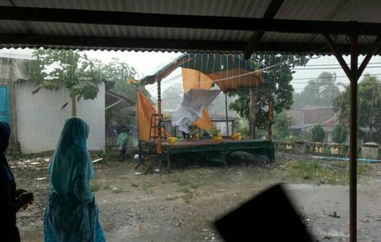 Hujan es menerjang wilayah Kecamatan Cipanas, Kabupaten Lebak - Banten. (Foto: Ist)