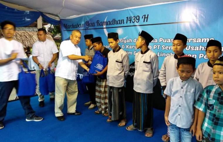 Direktur Operasional PT SUJ, Yanu Yota didampingi Manager HRGA and External Relation PT SUJ, Rizki Weldi memberikan santunan kepada anak yatim secara simbolis. (Foto: TitikNOL)