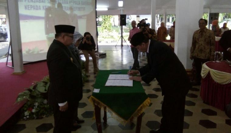 Pjs Bupati Lebak Ino S Rawita lakukan serah terima jabatan kepada Bupati Lebak definitif Iti Octavia Jayabaya di Pendopo setempat. (Foto: TitikNOL)
