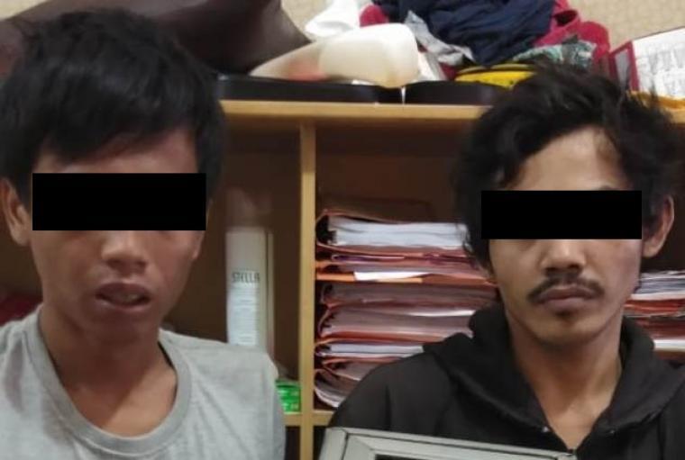 Kedua pelaku maling kotak amal di Toko Ceria Mart, Cijantra, Jatake, Kecamatan Pagedangan, Kabupaten Tangerang. (Foto: TitikNOL)