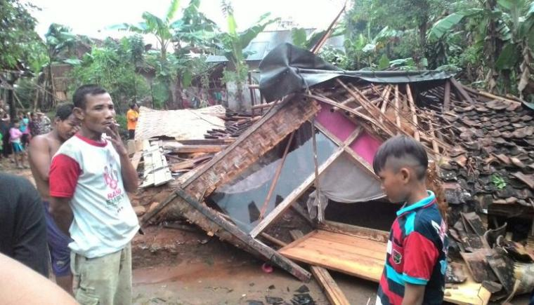 Akibat angin puting beliung satu rumah milik Edi (40) warga Kampung Sukajadi, Desa Leuwi Ipuh, Kecamatan Banjarsari, roboh. (Foto: TitikNOL)