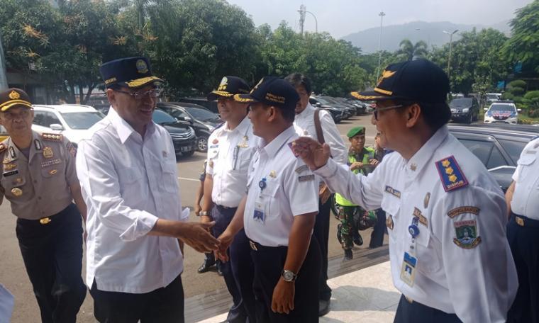 Menteri Perhungan Budi Karya Sumadi saat tiba di Pelabuhan Merak. (Foto: TitikNOL)