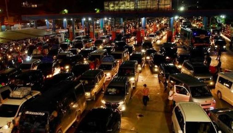 Ratusan kendaraan pribadi menumpuk di salah satu dermaga di Pelabuhan Merak. (Dok: net)