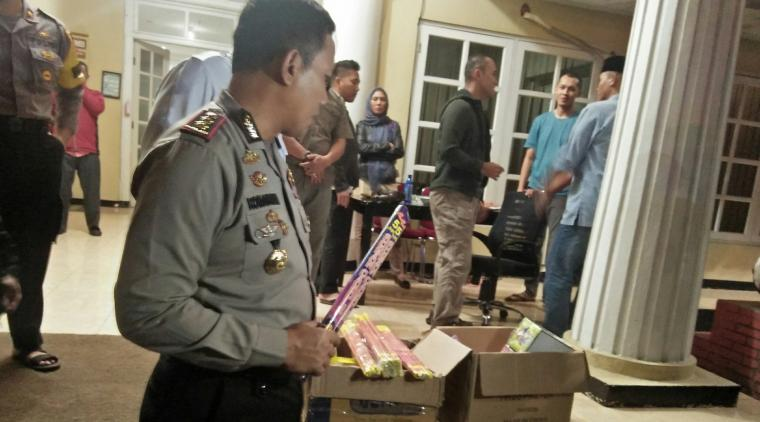 Petugas dari Polres Serang Kota saat mengamankan barang bukti merecon dan kembang api. (Foto: TitikNOL)