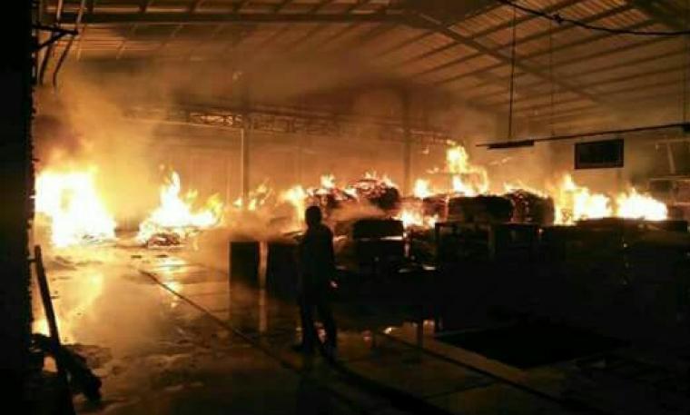 Pabrik Funiture PT. Seijin di Rangkasbitung malam ini dilalap sijago merah. (Foto: TitikNOL)