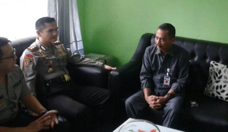 Teddy Kurniadi Sekretaris KPU Lebak saat menerima Kombes Pol Yohanes Hernowo selaku pimpinan perwira pengawasan Pilkada Lebak bersama anggotanya AKBP Sony. (Foto: TitikNOL)