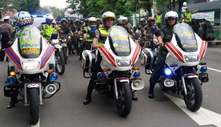 Sejumlah Petugas gabungan selepas menggelar apel pergeseran pengamanan Pilkada Bupati dan Wakil Bupati Lebak 2018 yang di gelar di Alun-alun Rangkasbitung. (Foto: TitikNOL)
