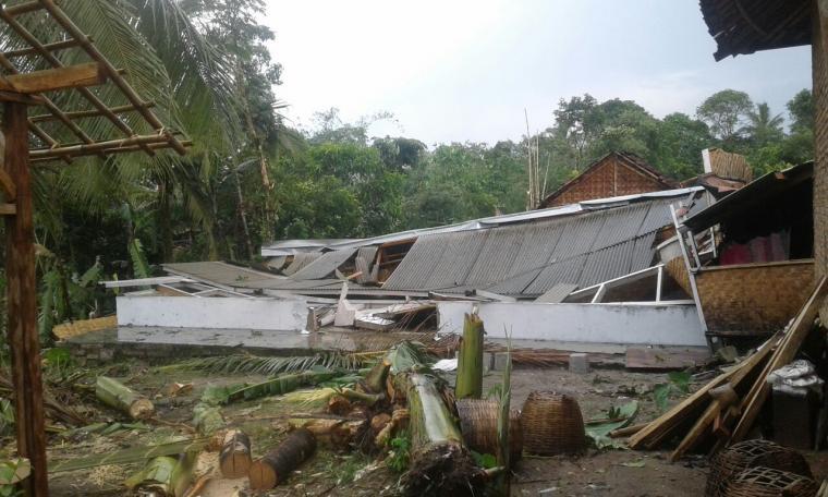Hujan es dan angin kencang di Lebak 150 rumah warga rusak dan 2 bangunan sekolah Madrasah ambruk. (Foto: Istimewa)