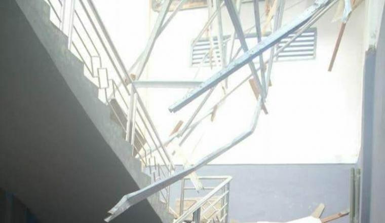 Atap tiga ruang kelas SMAN 1 Cilograng ambruk. (Foto: TItikNOL)