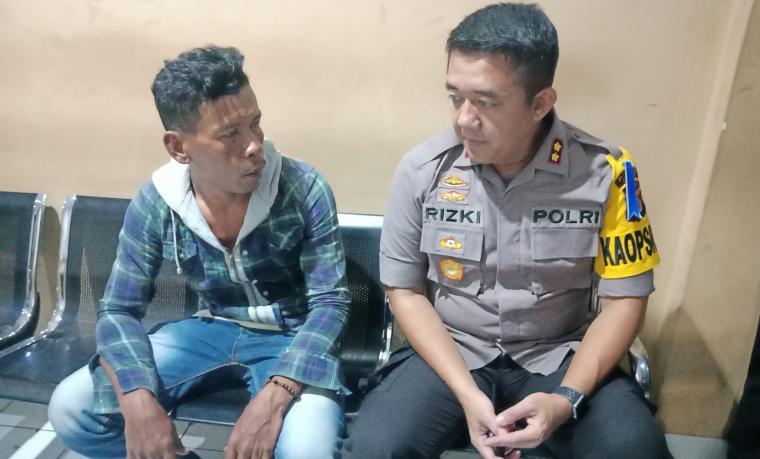 Kapolres Cilegon AKBP Rizki Agung Prakoso, saat berbincang dengan Durwanto yang menjadi korban amukan pelaku. (Foto: TitikNOL)