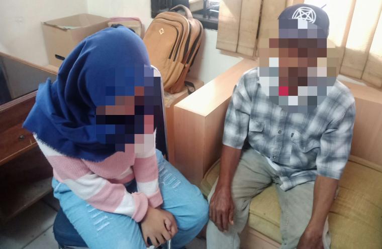 EI (korban) dan JM (Ayah korban) saat memceritakan kejadian pecelehan yang dialaminya kepada wartawan. (Foto: TitikNOL)