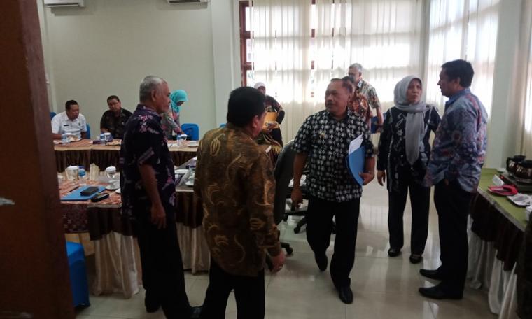 Plt Walikota Cilegon, Edi Ariadi usai menggelar RUPS Luar Biasa PT PCM di hote Grand Mangku Putra. (Foto: TitikNOL)