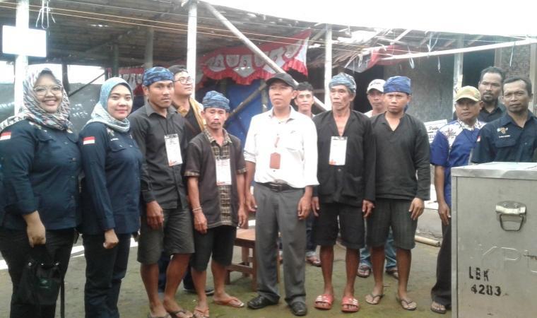 Tim monitoring KPU Banten dan KPU Lebak di TPS 1 Kampung Kadu Ketug, Desa Kanekes (Baduy), Kecamatan Leuwidamar. (Foto: TitikNOL)