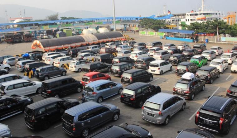 Pemudik menggunakan kendaraan pribadi padati Pelabuhan Merak