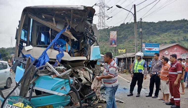 Bus Asli Prima yang bertabrakan di Jalan Raya Tol Merak. (Foto: TitikNOL)