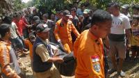 Wakapolda Banten bersama jajarannya dibantu personel TNI dari Korem saat menjaga ketat pintu tol Serang Timur. (Foto: TitikNOL)