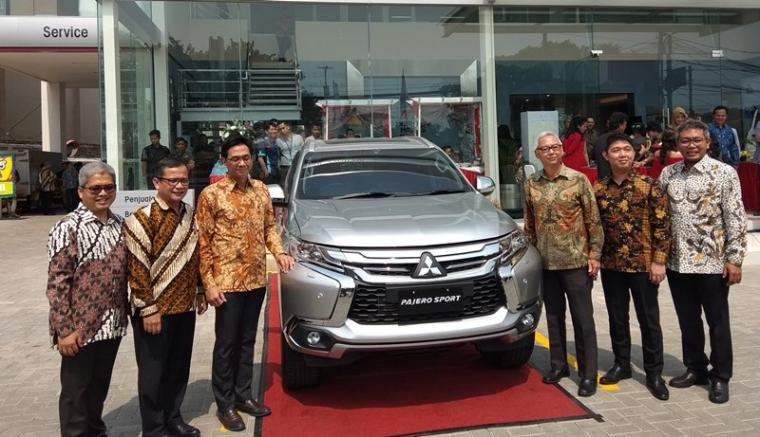 sejumlah pimpinan Mitsubishi meresmikan dealer penumpang pertama di Banten . (Foto: TitikNOL)