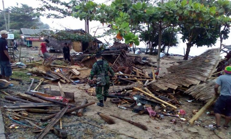 Diterjang ombak besar puluhan bangunan rumah dan warung di pesisir pantai Lebak Selatan mengalami kerusakan.