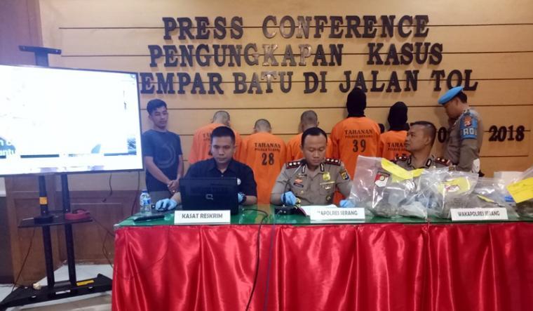 Kapolres Serang AKBP Indra Gunawan (tengah) didampingi Wakapolres Kompol Agung Cahyono (kanan) dan Kasat Reskrim AKP David Chandra Babega saat press conference kasus pelemparan batu di tol Tangerang Merak. (Foto: TitikNOL)
