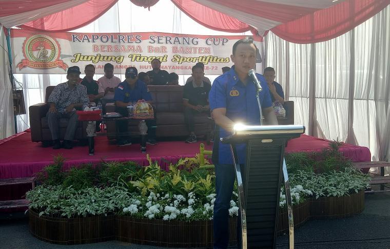 Kapolres Serang AKBP Indra Gunawan saat meberikan sambutan di acara lomba burung berkicau Kapolres Serang Cup di halaman parkir Stadion Maulana Yusuf di Kota Serang, Minggu (8/7/2018). (Foto: TitikNOL)
