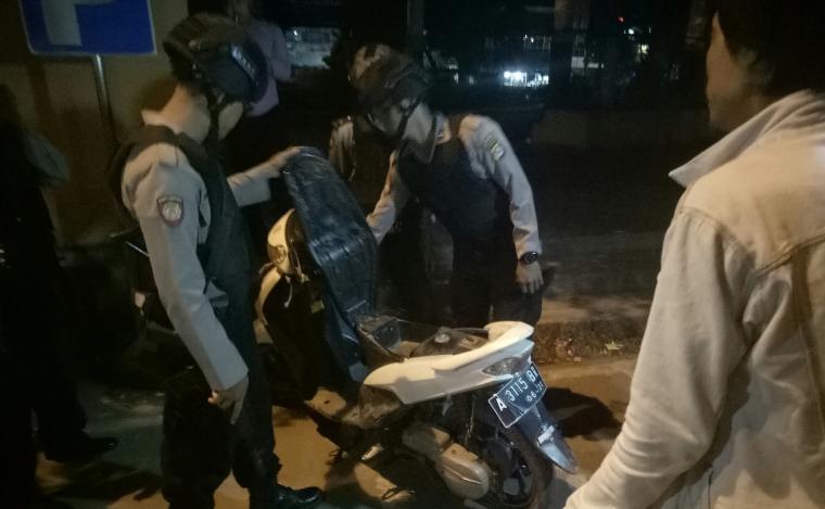 Tim Satgas Street Crime saat memeriksa sekelompok pemuda yang tengah nongkrong di sebuah taman di Kecamatan Ciruas. (Foto: TitikNOL)