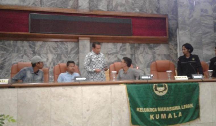 Puluhan aktivis mahasiswa yang tergabung di Kumala Perwakilan Rangkasbitung, gelar sidang rakyat lantaran kecewa dengan DPRD Lebak. (Foto: TitikNOL)