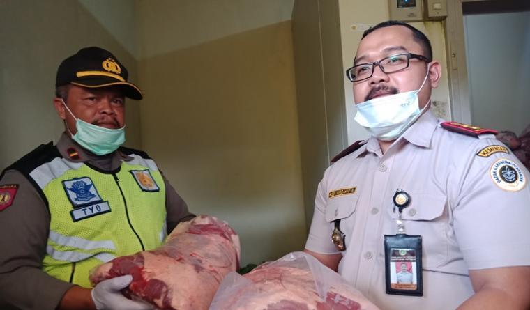 Kepala Balai Karantina Pertanian Kelas II Cilegon Raden Nurcahyo Nugroho saat menunjukan barang bukti daging celeng. (Foto: TitikNOL)