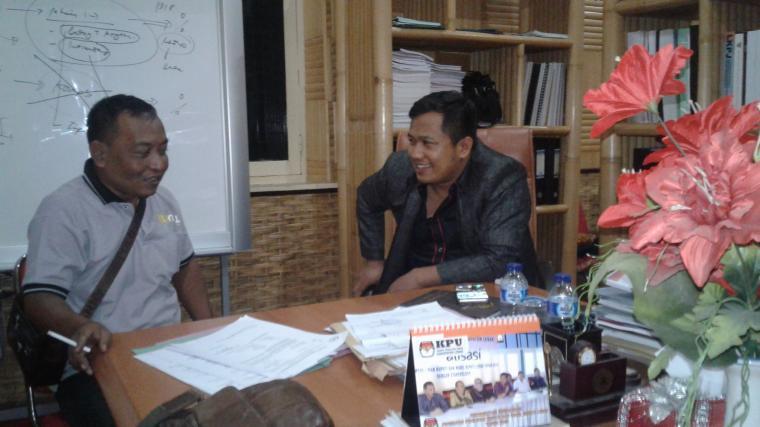 Wartawan saat berbincang dengan Ketua DPRD Lebak Jumaedi Ibdu Jarta di ruang kerjanya. (Foto: TitikNOL)