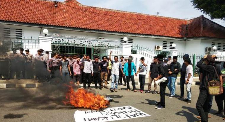 Sejumlah aktivis mahasiswa Kumala PW Rangkasbitung menggelar aksi unjukrasa di depan gedung DPRD Lebak. (Foto: TitikNOL)