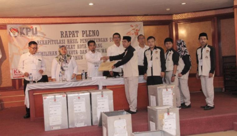 Suasana rapat pleno rekapitulasi hasil penghitungan suara pada pilkada Kota Serang. (Foto: TitikNOL)