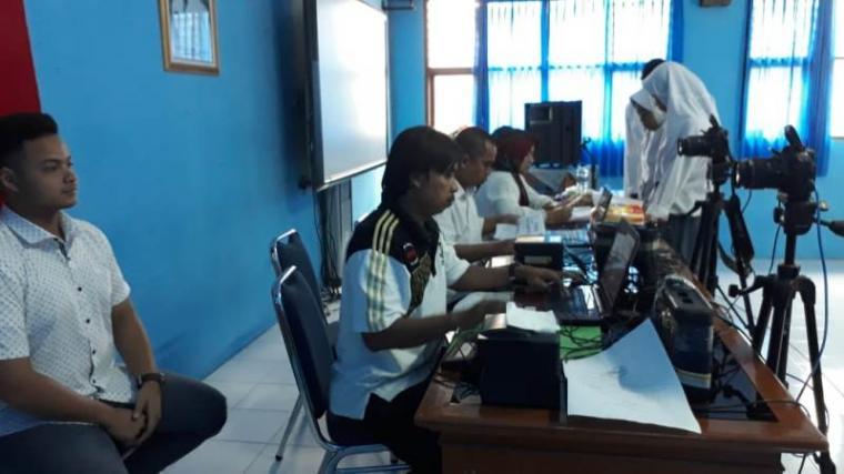 Disdukcapil Kota Cilegon saat melakukan perekaman e-KTP di SMA 2 Krakatau Steel. (Foto: TitikNOL)
