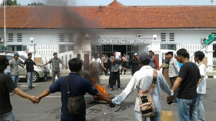 Kecewa ketua DPRD Lebak tak mau minta maaf, puluhan aktivis Kumala lakukan pembakaran ban saat aksi tuntut pembubaran Timsus.