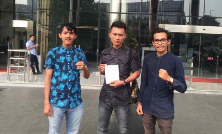 Sejumlah aktivis mahasisiwa yang tergabung di HMI Cabang Lebak datangi kantor KPK di Jakarta. (Foto: TitikNOL)