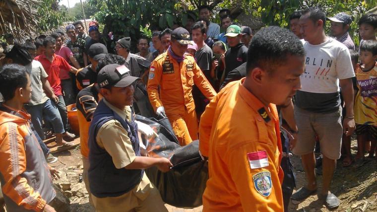 Jasad Kakek bernama H. Sarnaka berhasil di evakuasi tim SAR Gabungan setelah ditemukan tewas karena terjatuh kedalam sumur. (Foto: TitikNOL)