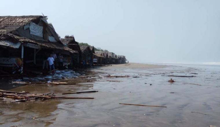 Ratusan warung di pesisir pantai Bagedur rusak berat dan ringan akibat dihangam ombak besar setinggi enam meter. (Foto: TitikNOL)